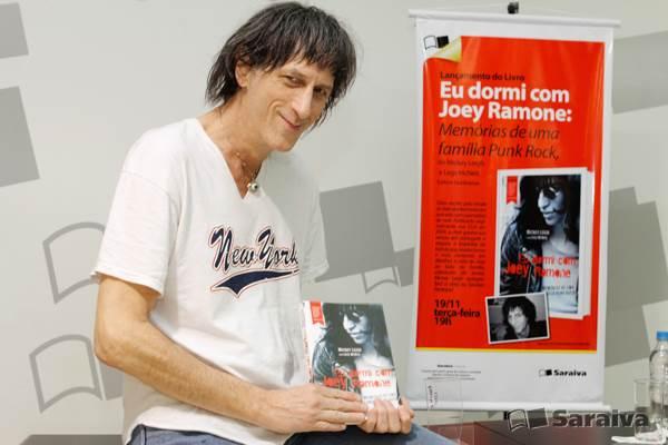 30394e93da77a Mickey Leigh passou pelo país recentemente divulgando a versão em português  de seu livro (no Brasil sob o título Eu Dormi Com Joey Ramone – memórias de  uma ...